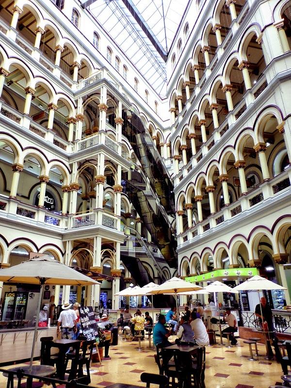 Der Palacio Nacional war früher ein Regierungsgebäude. Heute beherbergt das Gebäude über 400 Billigläden, Cafés und Bars.